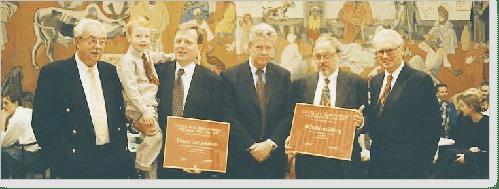 Fr v fondens Sören Gyvall. Lars och Thomas Gustafsson, prisutdelaren miljöminister Kjell Larsson, Björn Gillberg och fondens Lennart Sparell
