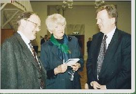 Reportern Anita Lagercrantz-Ohlin intervjuar Björn Gillberg och Lars Gustafsson.